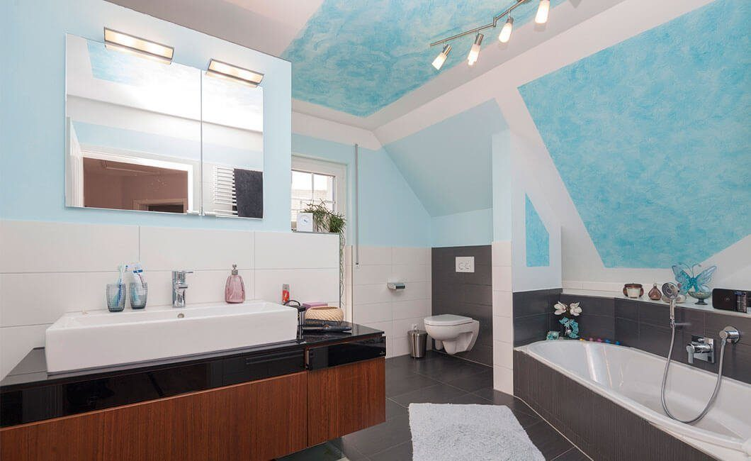 Edition 139 - Eine küche mit waschbecken und spiegel - Haus