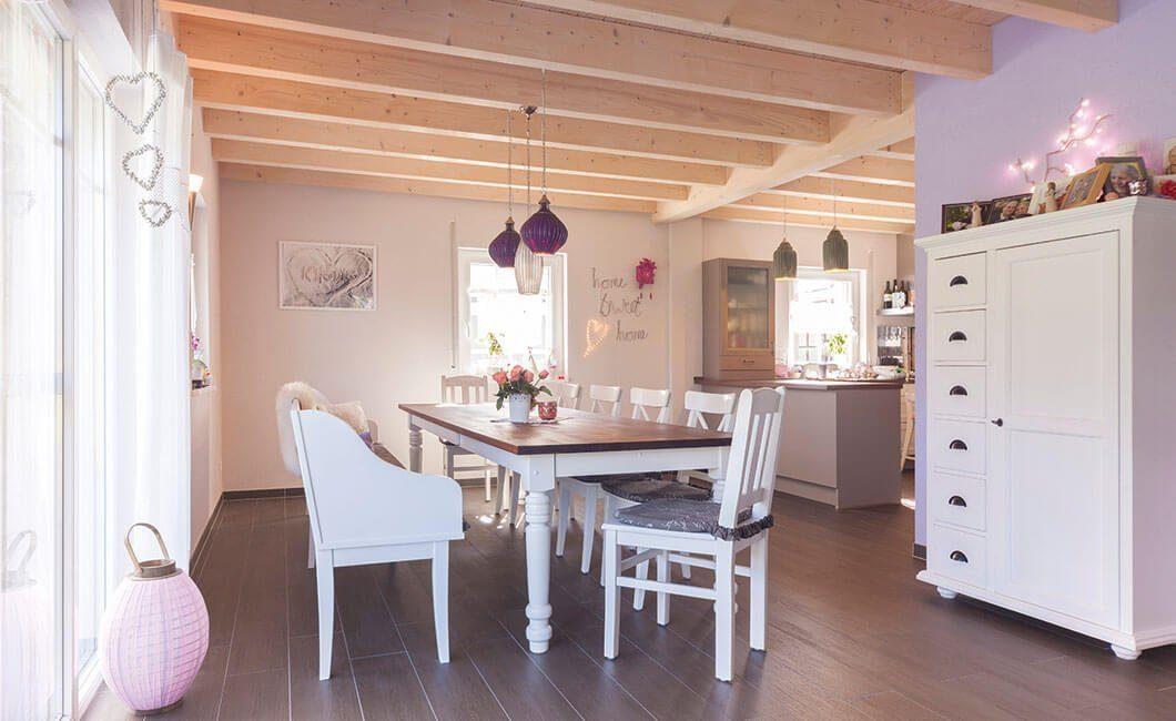 Edition 139 - Eine Küche mit weißen Schränken und einem Esstisch - Haus
