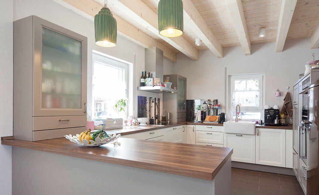 Edition 139 - Eine küche mit waschbecken und fenster - Holzhaus