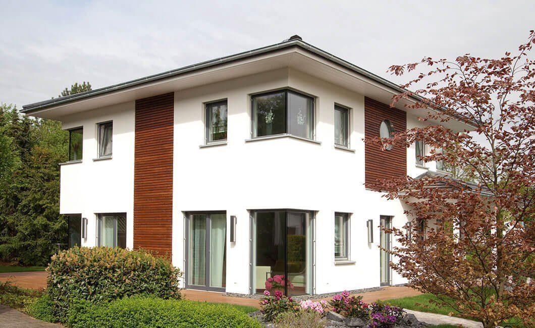 Edition Select 156 - Ein kleines Haus vor einem Backsteingebäude - Haus