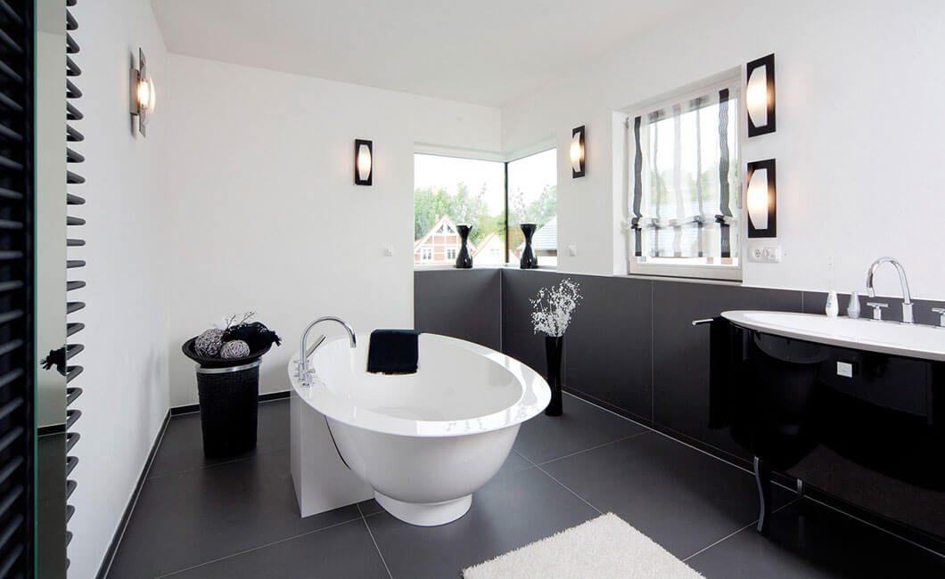 Edition Select 156 - Ein weißes Waschbecken sitzt unter einem Fenster - Bad