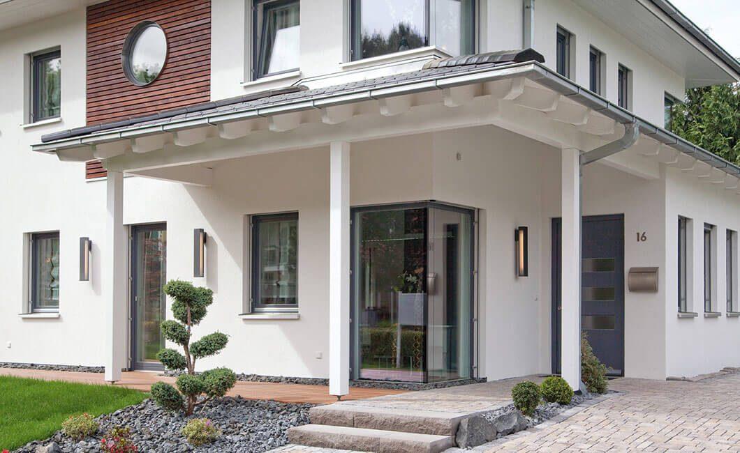 Edition Select 156 - Ein großes weißes Gebäude vor einem Haus - Haus