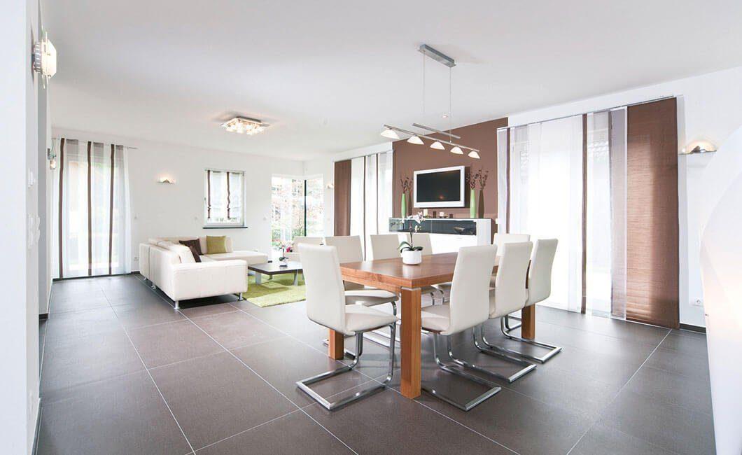 Edition Select 156 - Ein Wohnzimmer mit Möbeln und einem großen Fenster - Haus zeigen