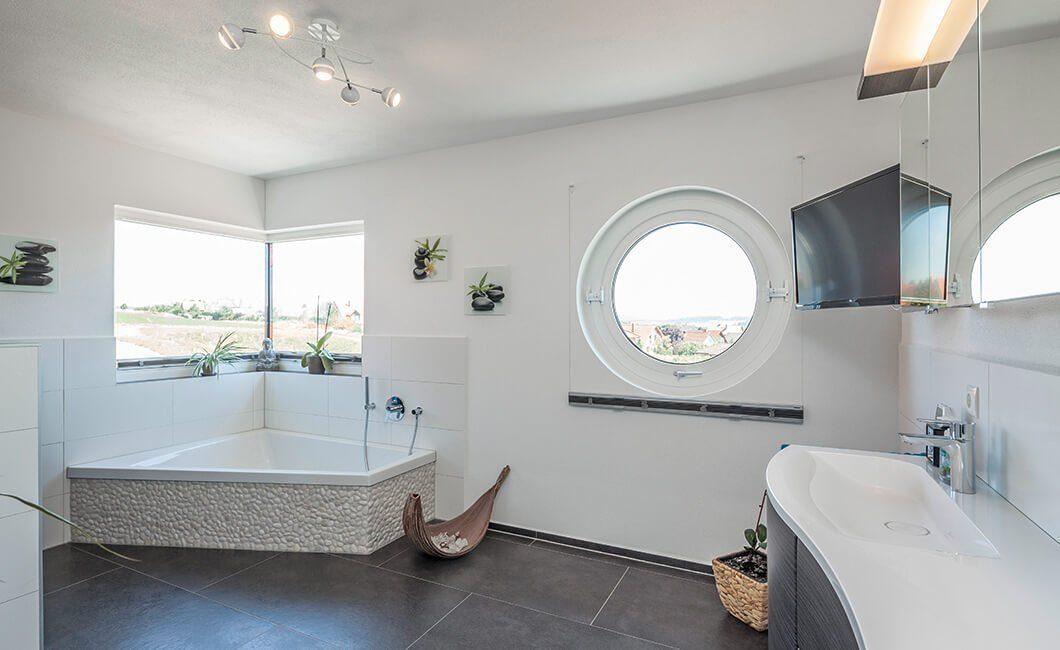 Edition 170 - Ein zimmer mit waschbecken und spiegel - Haus