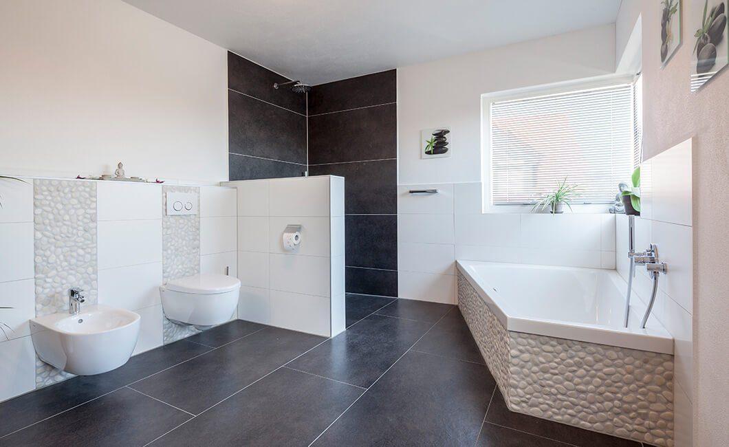 Edition 170 - Ein weißes Waschbecken sitzt unter einem Fenster - Bad