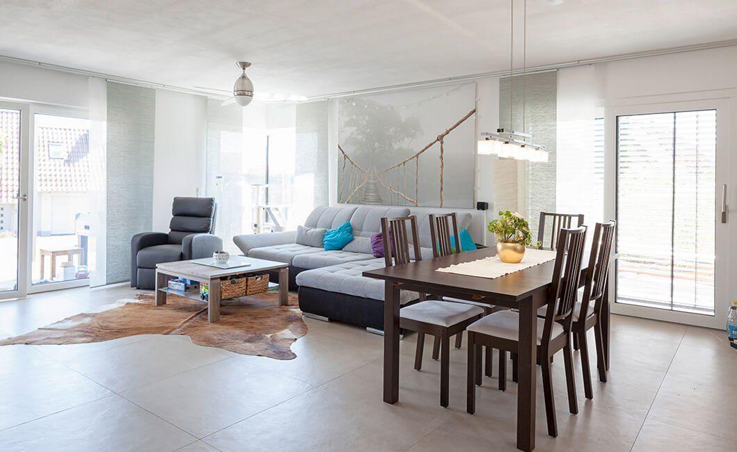 Edition 170 - Ein Wohnzimmer mit Möbeln und einem großen Fenster - Haus
