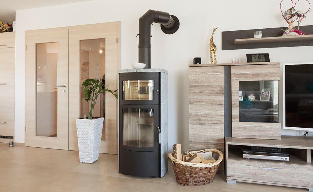 Edition 170 - Ein Wohnzimmer mit Möbeln und einem Kamin - Haus