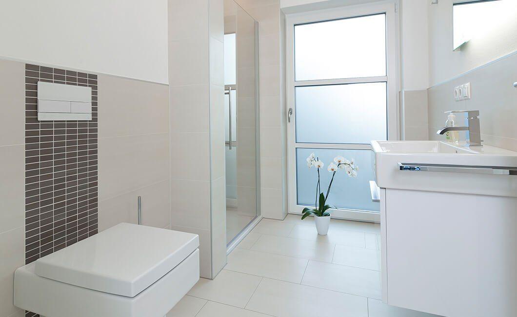 Edition 174 - Ein weißes Waschbecken sitzt unter einem Fenster - Haus