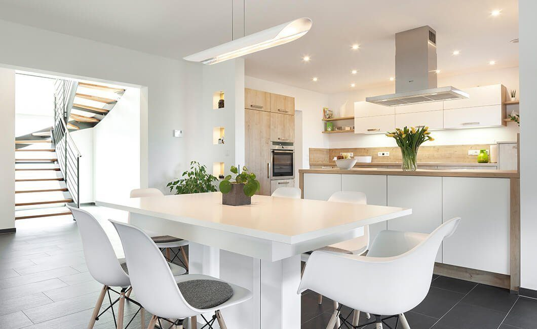 Edition 174 - Ein Wohnzimmer mit Möbeln und einem großen Fenster - Interior Design Services