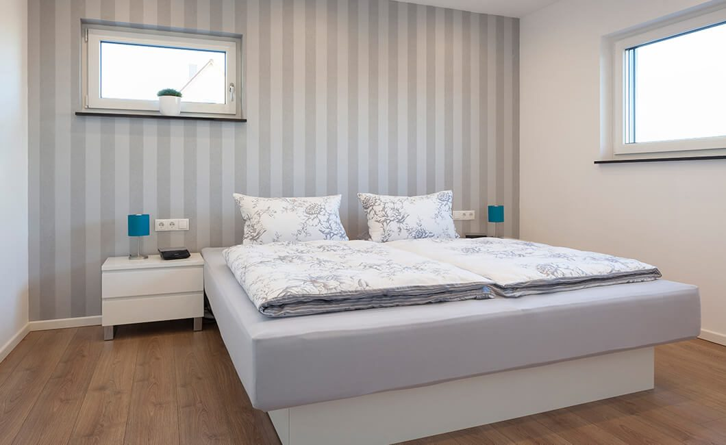 Edition 174 - Ein großes weißes Bett neben einem Fenster - Haus