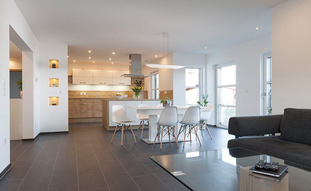 Edition 174 - Ein Wohnzimmer mit Möbeln und einem großen Fenster - Haus