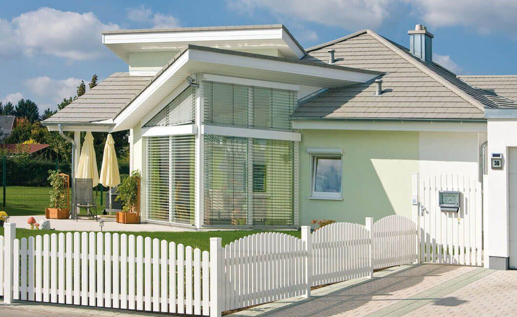 Edition Select 181 - Ein großes weißes Gebäude mit einem Zaun vor einem Haus - Haus