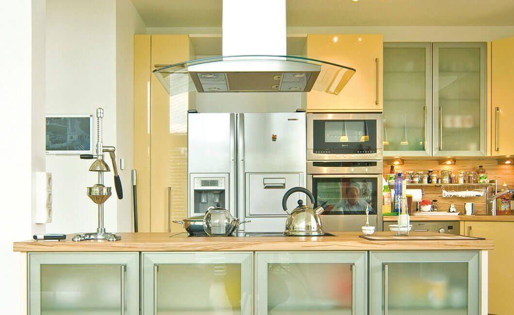 Edition Select 181 - Eine küche mit waschbecken und mikrowelle - Klassische Küche
