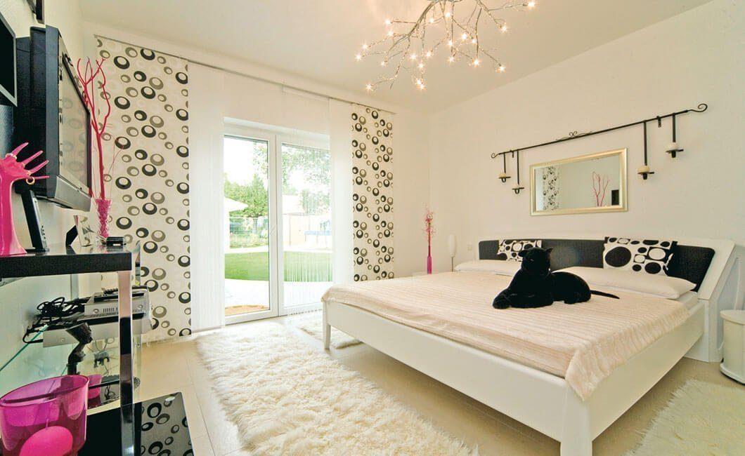 Edition Select 181 - Ein Schlafzimmer mit einem Bett und einem Spiegel in einem Raum - Schlafzimmer