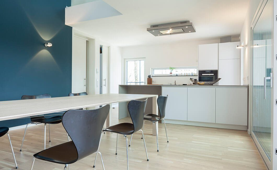 Edition Select 236 - Ein Büro mit einem Schreibtisch und einem Stuhl in einem Raum - Die Architektur