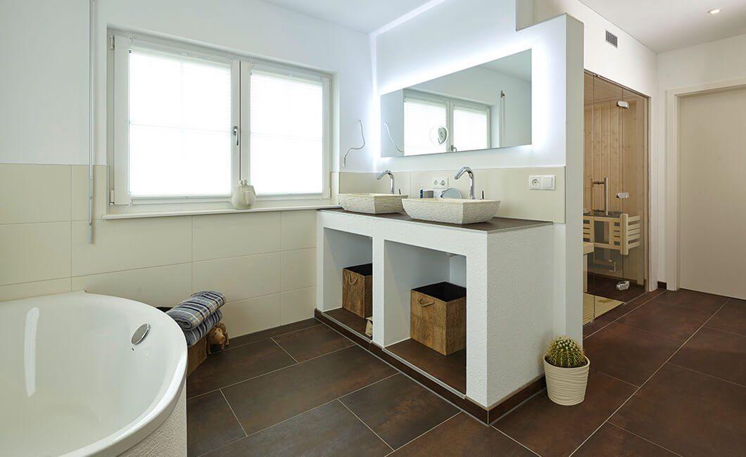 Edition Select 343 - Eine große weiße Wanne neben einem Waschbecken - Bad