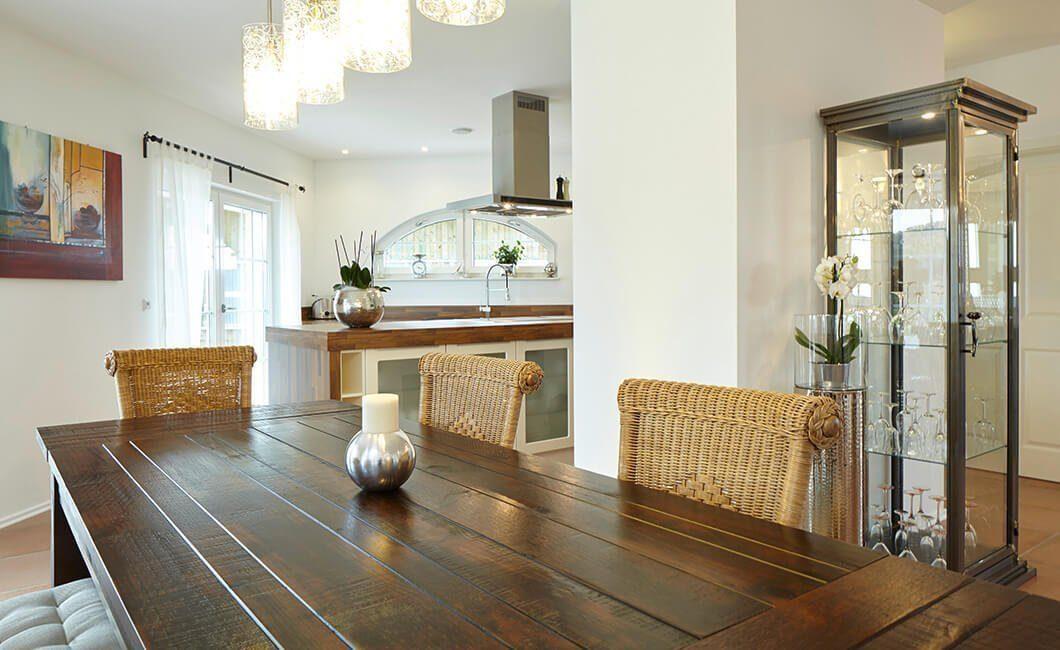 Edition Select 343 - Ein Wohnzimmer mit Möbeln und Vase auf einem Tisch - York
