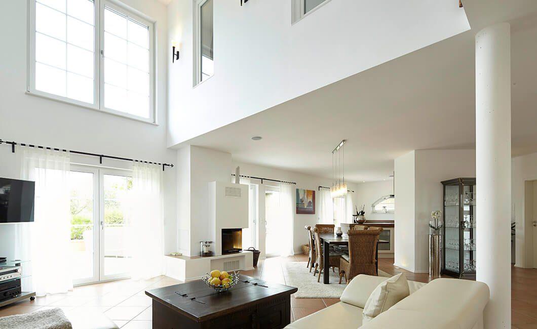 Edition Select 343 - Ein Wohnzimmer mit Möbeln und einem großen Fenster - Haus