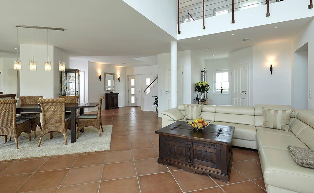 Edition Select 343 - Ein Wohnzimmer mit Möbeln und einem Kamin - Haus