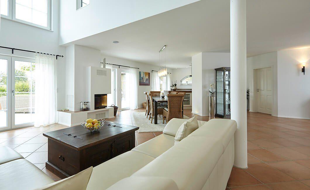 Edition Select 343 - Ein Raum voller Möbel und ein großes Fenster - Wohnzimmer