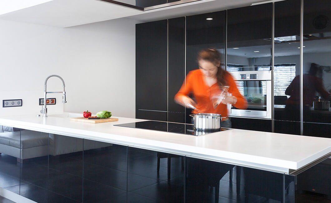 Edition Select 187 - Eine Person, die auf einer Küchentheke steht - Haus