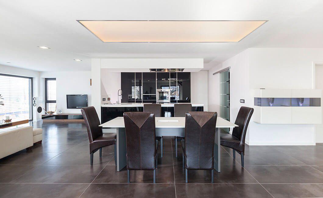 Edition Select 187 - Ein Wohnzimmer mit Möbeln und einem großen Fenster - Decke