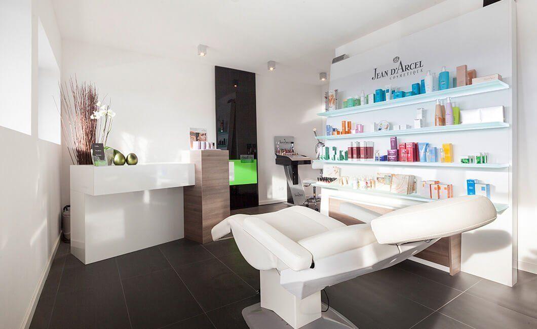Edition Select 187 - Ein weißer Kühlschrank mit Gefrierfach sitzt in einem Raum - Haus