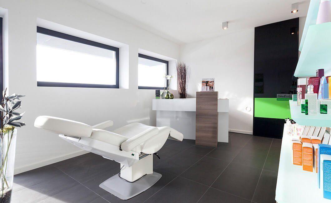 Edition Select 187 - Ein Wohnzimmer mit Möbeln und einem großen Fenster - Die Architektur