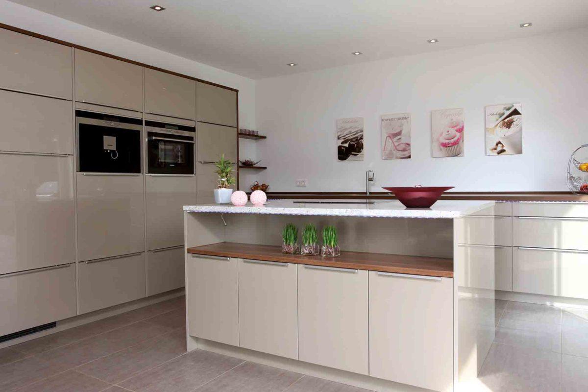 VIO 302 - Eine Küche mit weißen Schränken - Küche