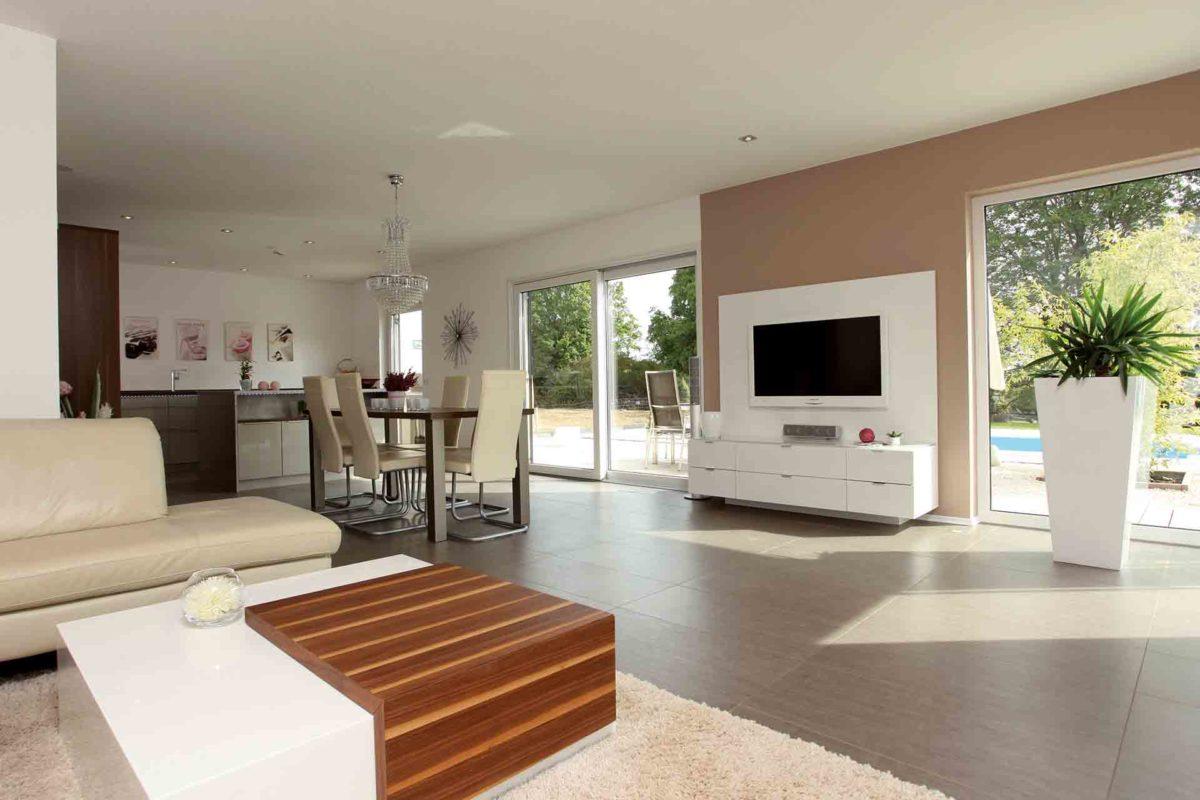 VIO 302 - Ein Wohnzimmer mit Möbeln und einem Kamin - FingerHaus