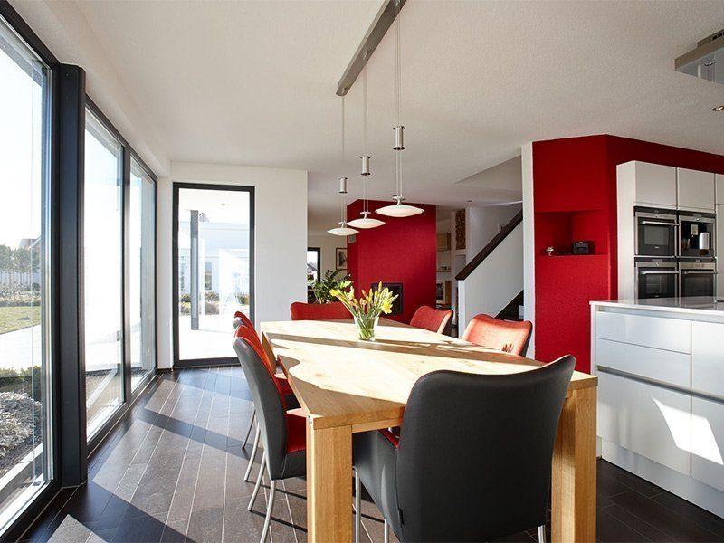 AT– Freiraum zum Wohlfühlen - Ein großer roter Stuhl in einem Raum - FingerHaus