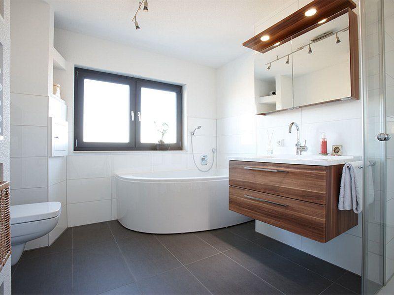 AT– Freiraum zum Wohlfühlen - Ein zimmer mit waschbecken und spiegel - Bad