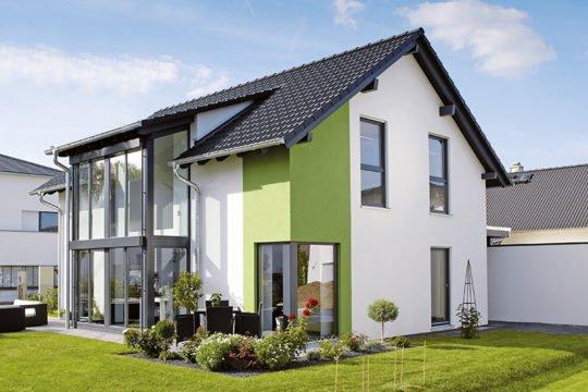 Ein Haus zum Wohlfühlen - Eine große Wiese vor einem Haus - Fertighaus