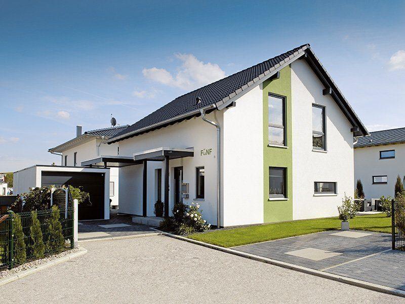 Ein Haus zum Wohlfühlen - Ein Haus, das an der Seite eines Gebäudes geparkt ist - Villa