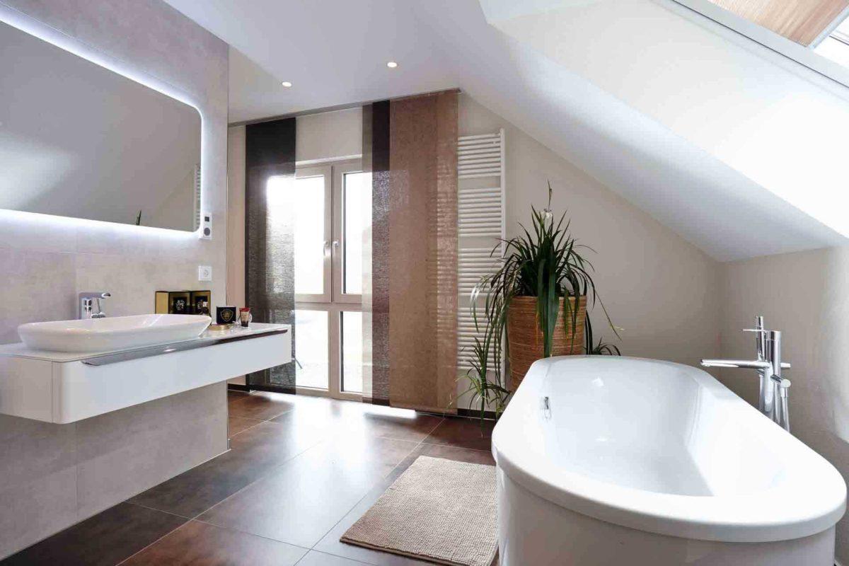 NEO 312 – Musterhaus Bad Vilbel - Eine große weiße Wanne neben einem Fenster - Tapeten