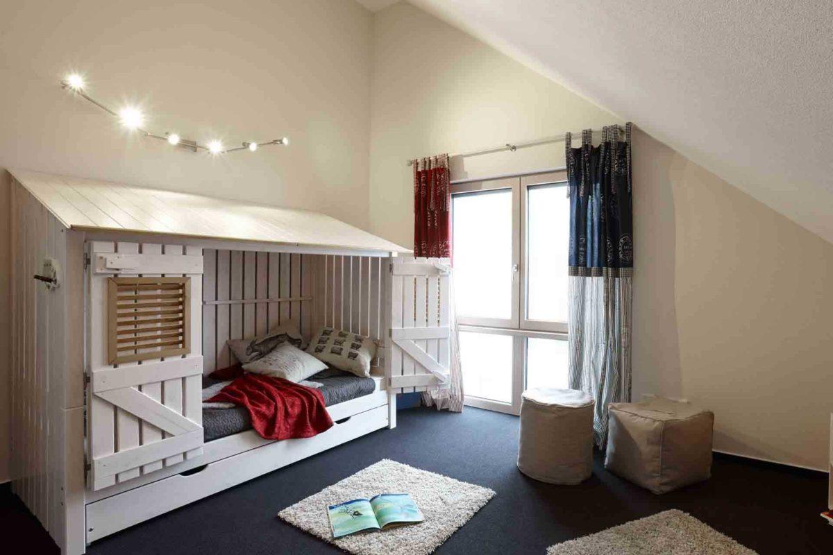 NEO 312 – Musterhaus Bad Vilbel - Ein Schlafzimmer mit einem Bett in einem Raum - FingerHaus