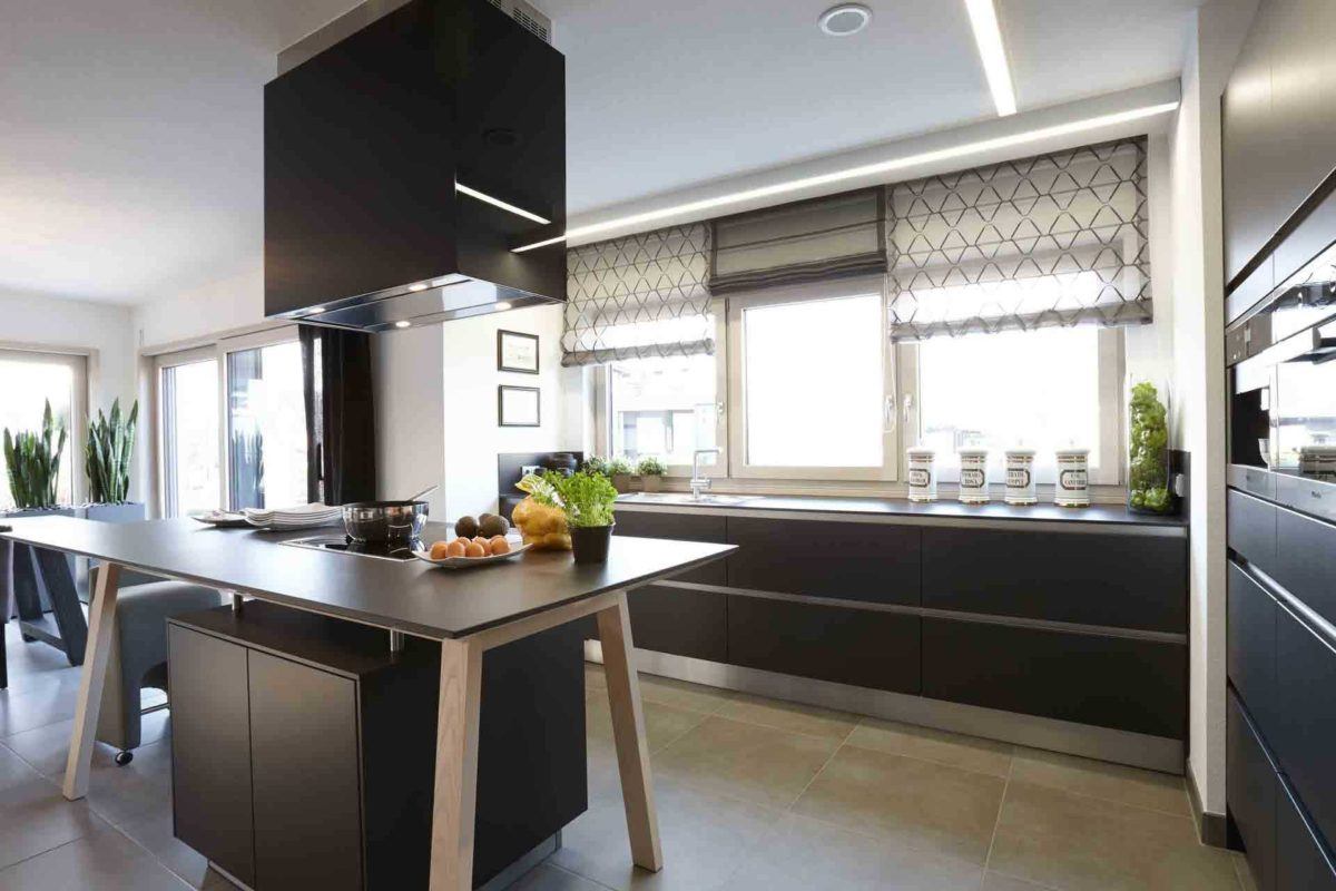 NEO 312 – Musterhaus Bad Vilbel - Eine Küche mit einem großen Fenster - FingerHaus