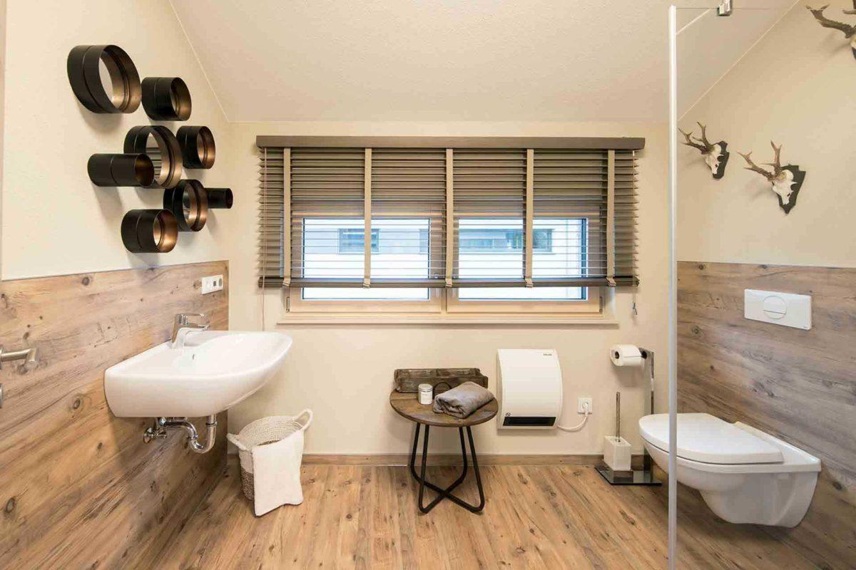Medley 3.0 Fellbach - Ein wohnzimmer mit waschbecken und fenster - FingerHaus