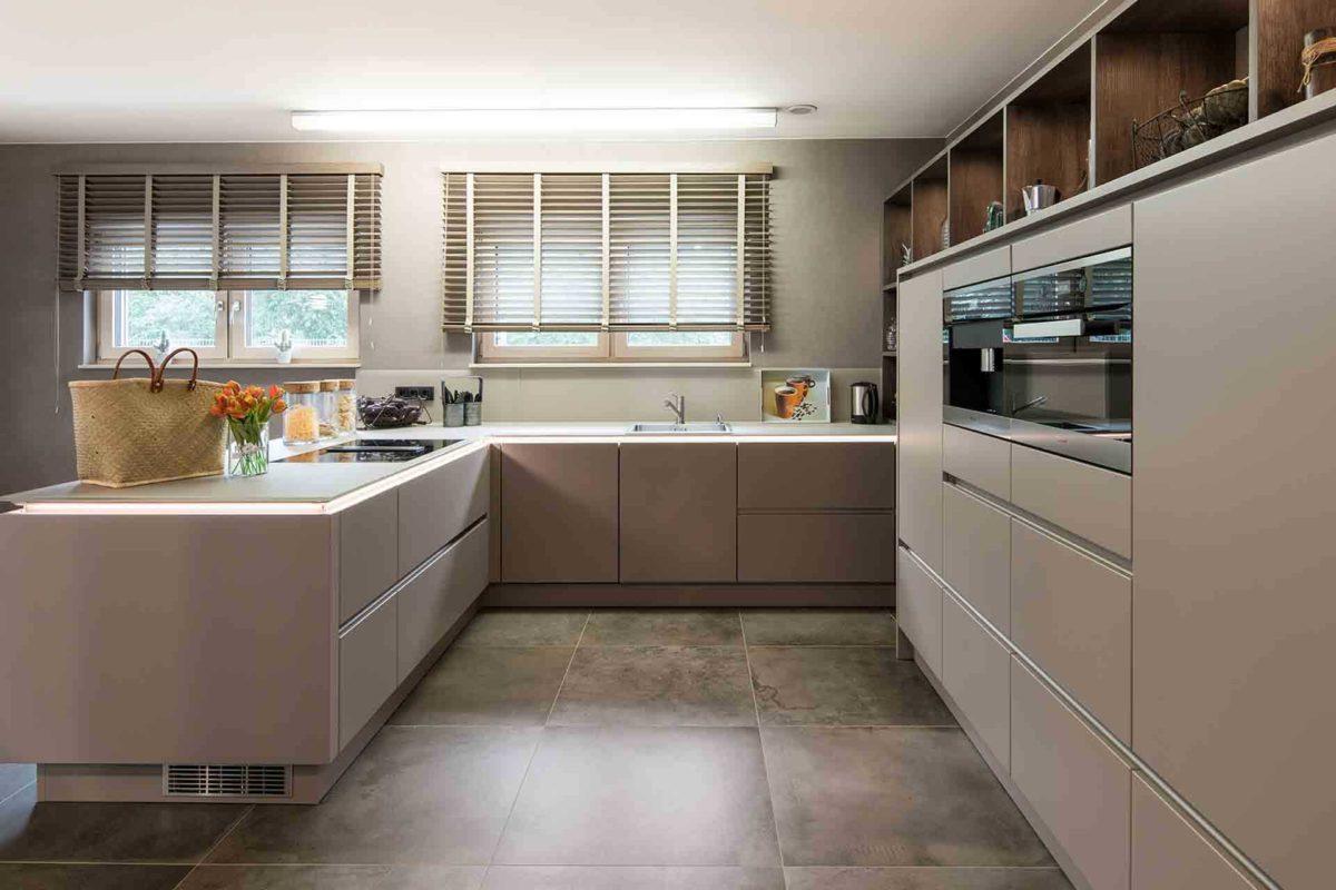 Medley 3.0 Fellbach - Eine küche mit waschbecken und fenster - FingerHaus