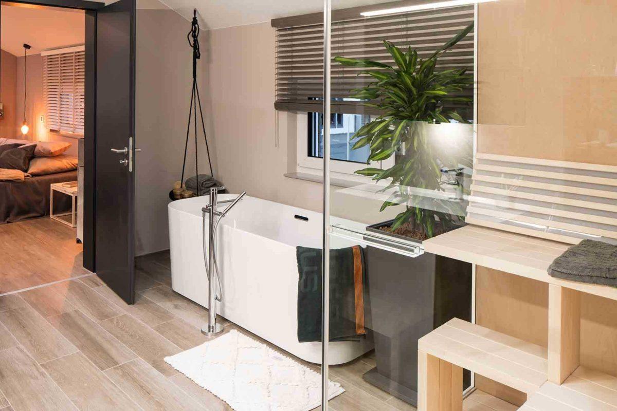Musterhaus Sento 500 B - Ein Raum voller Möbel und ein großes Fenster - FingerHaus