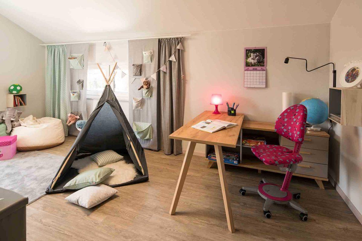 Musterhaus Sento 500 B - Ein Wohnzimmer mit Möbeln und einem Fernseher - FingerHaus
