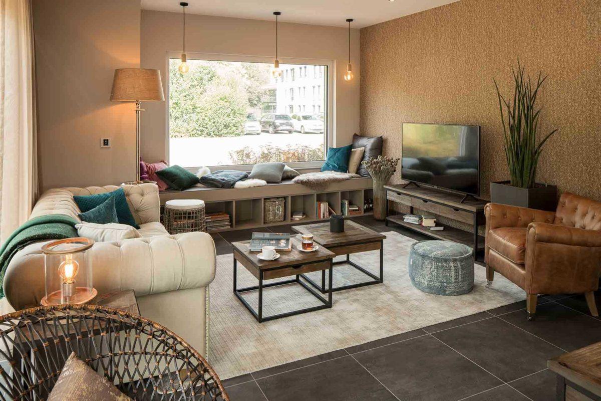 Musterhaus Sento 500 B - Ein Wohnzimmer mit Möbeln und einem Kamin - FingerHaus