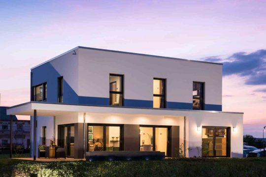 Musterhaus Gießen – Maxim - Ein großes weißes Gebäude - FingerHaus GmbH - Musterhaus Gießen