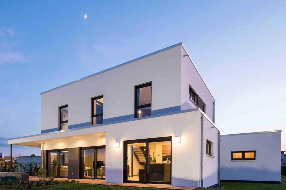 Musterhaus Gießen – Maxim - Ein großes weißes Gebäude - Haus