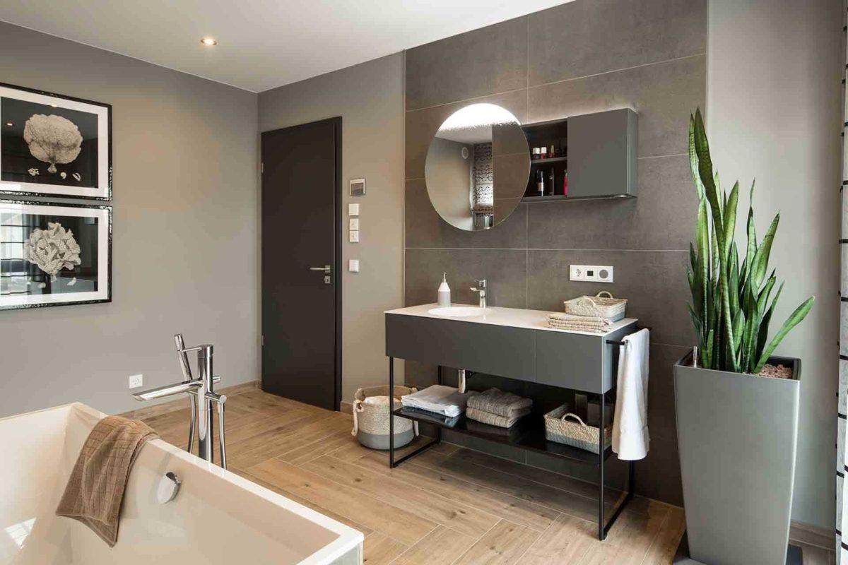 Musterhaus Gießen – Maxim - Ein zimmer mit waschbecken und spiegel - FingerHaus