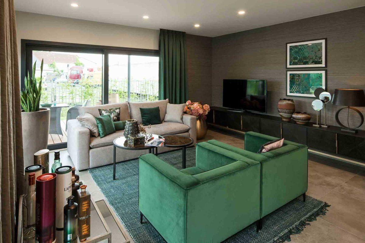 Musterhaus Gießen – Maxim - Ein Raum voller Möbel und ein großes Fenster - FingerHaus