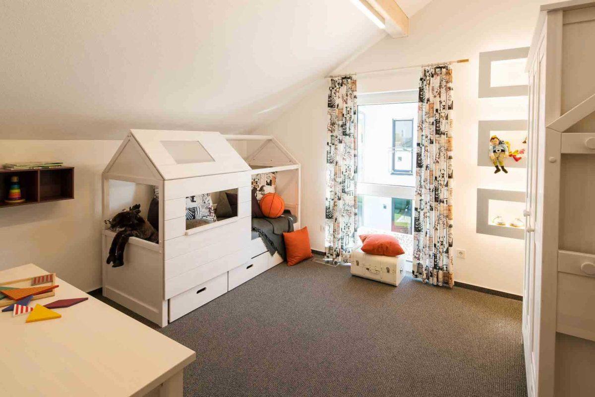 Neo Musterhaus Günzburg - Ein Schlafzimmer mit einem Bett in einem kleinen Raum - Fenster