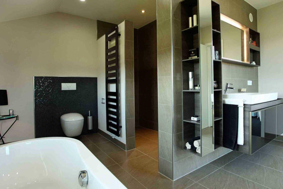 Musterhaus Hannover – NEO 300 - Ein zimmer mit waschbecken und spiegel - FingerHaus