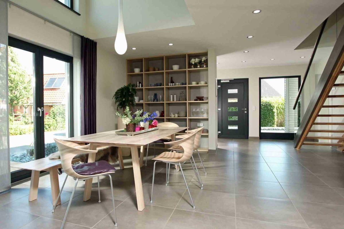 Musterhaus Hannover – NEO 300 - Ein Raum voller Möbel und ein großes Fenster - FingerHaus