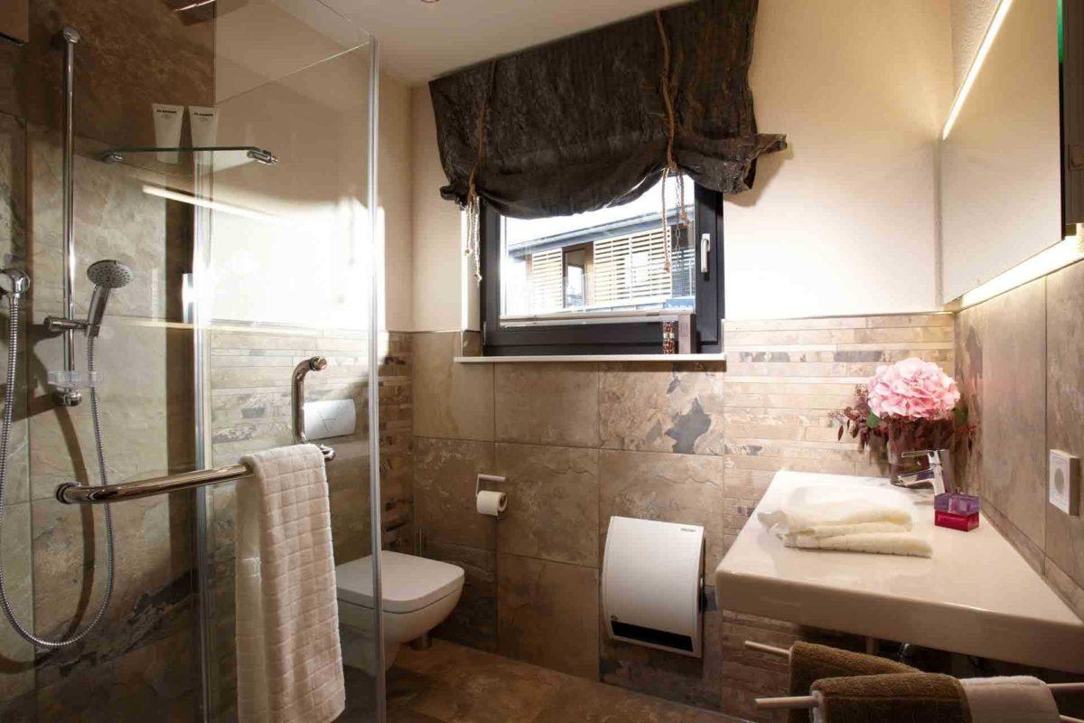 VIO 400 – Musterhaus Köln - Ein zimmer mit waschbecken und spiegel - FingerHaus